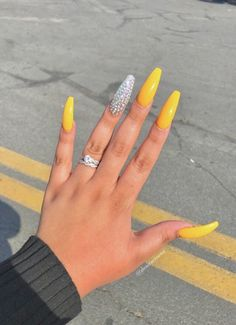 Yellow nail design is a significant means to create the majority of your favorite colors. Anyway, the yellow nails can be drawn up in several styles and patterns. Choose the design which you like. Aycrlic Nails, Bling Nails, Swag Nails, Coffin Nails, Hair And Nails, Perfect Nails, Gorgeous Nails, Pretty Nails, Yellow Nails Design