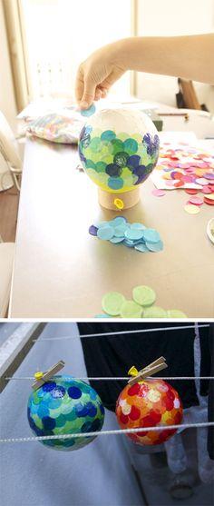 Hemos pegado confetti enorme en un globo con cola de empapelar. Y para que se sequen estan colgados en el tenderero. En el próximo post vamos a...
