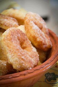 Zeppole, carnevale, Sardegna: profumo di frittura, allegria carnevalesca, sentore di Sardegna. Ricetta e leggende di un piatto fra i più amati dell'isola.
