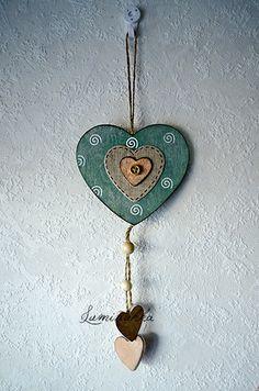 Antiikkivihreä puinen sydän spiraalikoristein ja nappisydämellä, kokonaispituus 30 cm // Wooden, antique green heart with spiral decorations and a button heart, total length 30 cm