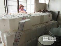 【超噁! 醫療廢棄桶裝仙草茶】 業者用醫療廢棄空桶裝仙草茶。(衛生局提供)