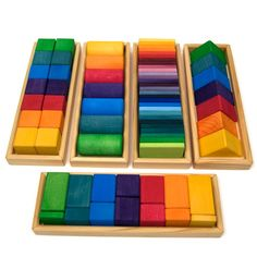5 stacking wooden frames, with 70 pieces, 7 colors and 5 different geometric forms.