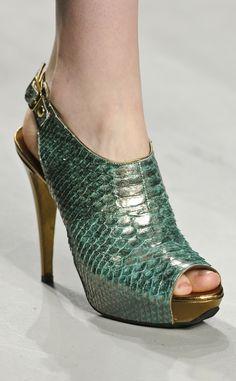 Zapato peeptoe con todo el empeine cerrado y anudado en hebilla en el talón, de Angelo Marani.