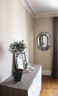 bedroom in Paris ⎬ un due tre ilaria Farrow & Ball Joa's White Farrow Ball, Dimity Farrow And Ball, Farrow And Ball Paint, White Wall Bedroom, White Hallway, White Bedrooms, White Walls, Dining Room Colors, Paint Colors For Living Room