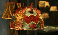 Gorro de cuatro puntas policromo. Tiwanaku (Arica ). Hat Patterns To Sew, Color Patterns, Sewing Patterns, Textiles, One Color, Headdress, Woven Fabric, Peru, Feather