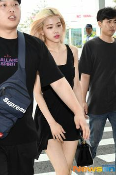 K Pop, South Korean Girls, Korean Girl Groups, Black Pink, Rose Park, Airport Style, Airport Fashion, Park Chaeyoung, First Girl
