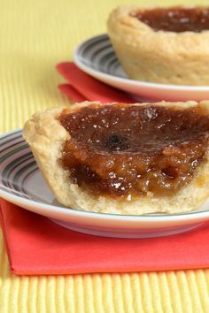 Nadire Atas on Sumptuous Feasts This Delicious Butter Tart recipe is a true family favorite. Made and enjoyed dozens of times. Butter Tarts Recipe from Grandmothers Kitchen. Köstliche Desserts, Delicious Desserts, Dessert Recipes, Yummy Food, Tart Recipes, Baking Recipes, Sweet Recipes, Baking Breads, Shortbread