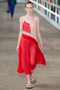 Boss Spring 2017 Ready-to-Wear Fashion Show - Kiki Willems pleated mixed dress