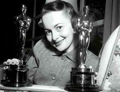"""Olivia de Havilland con sus dos Oscars, 1946 """"Vida íntima de Julia Norris"""" y 1949 """"La heredera"""""""