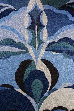 Les accessoires Dolce Vita Panneau décoratif Tulipani réalisé à la main d'après un motif du styliste Emilio Pucci, nom auquel s'est associé Bisazza pour une collection précieuse.