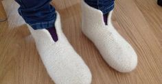Tangs univers: Sutsko - en meget let model Crochet Socks, Knitting Socks, Knit Crochet, Chrochet, Knitting Patterns Free, Free Knitting, Free Pattern, Knitting For Kids, Crochet For Kids