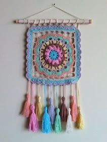 Decorando con humildes grannys cuadrados Learn the fact (generic term) of how to needlework (generic Crochet Wall Art, Crochet Wall Hangings, Crochet Home, Cute Crochet, Crochet Crafts, Yarn Crafts, Crochet Projects, Crochet Mandala Pattern, Crochet Motifs