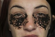 DIY Beauty Get Rid of Undereye Bags Dark Circles with Coffee Grounds- Droopy Eyelids, Diy Beauté, Ab Routine, Uses For Coffee Grounds, Under Eye Bags, Puffy Eyes, Lose 20 Pounds, Tips Belleza, Dark Circles