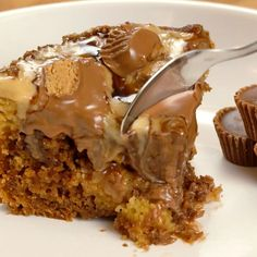 Slow cooker Peanut Butter Cake. Yum! Three of my favorites in one! Cake, chocolate and peanut butter!