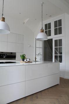 Keuken met visgraat vloer Modern Kitchen Cabinets, Kitchen Interior, Interior Design Living Room, Kitchen Dining, Contemporary Interior Design, Küchen Design, Interior Styling, Interior Inspiration, Loft