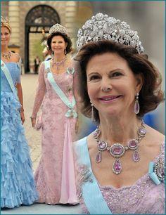 Queen Silvia in the Braganza tiara at Princess Victoria's wedding. Royal Tiaras, Tiaras And Crowns, Swedish Royalty, Victoria Wedding, Queen Silvia, Diamond Tiara, Princess Victoria, Royal Families, Meghan Markle