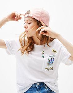 Camiseta parches. Descubre ésta y muchas otras prendas en Bershka con nuevos productos cada semana