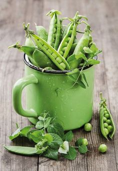Fresh pea pods in a green enamel pot – License high-quality food images for your projects – Rights managed and royalty free – 11209986 Green Fruits And Vegetables, Fruit Vert, Food Design, Shades Of Green, Green Colors, Food Art, Food Inspiration, Food Photography, Paradise