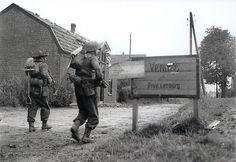 Britse infanterie trekt op door Venray