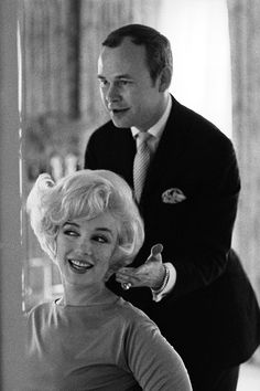 Kenneth fluffs Marilyn Monroe, Hollywood, 1961.