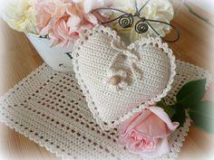 Srdíčko na ramínku - přírodní Háčkované srdíčko z přírodní bavlněné příze je vyplněné polyestrovým dutým vláknem a zdobené háčkovanou kytičkou s korálkem. Srdíčko se může zavěsit na ramínku,nebo na poutko háčkované z řetízků. Rozměr - šířka 15cm a výška 15cm + ramínko. Crochet Bikini, Crochet Hats, Target, Cottage, Country, Fashion, Bohemian, Hearts, Knitting Hats