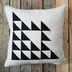 We have found 7 DIY Modern Pillows that we know you will love! (via creature comforts) Diy Projects Handmade, Easy Diy Projects, Diy Para A Casa, Diy Throw Pillows, Diy Cushion, Cushion Covers, Felt Cushion, Felt Pillow, Quilted Pillow