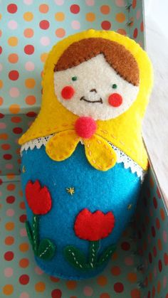 Such a sweet, cheerful felt matryoshka doll Felt Diy, Felt Crafts, Fabric Crafts, Sewing Crafts, Softies, Matryoshka Doll, Thinking Day, Felt Christmas Ornaments, Felt Fabric