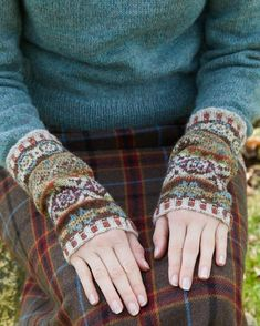 Sycamore Armwarmers - These pretty traditional Fair Isle armwarmers are fun and easy to knit. With instructions for both flat and knitting in the round, this design is easily achievable by the novice Fair Isle knitter. Fair Isle Knitting Patterns, Knitting Designs, Knitting Projects, Crochet Patterns, Knitting Tutorials, Stitch Patterns, Motif Fair Isle, Fair Isle Pattern, Knit Mittens