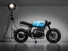 当サイトでは何かとBMWのカスタムバイクが登場しますが、これは各ライターの好みの問題なのでしょう。ちなみに筆者はかなりBMWのバイクが好きです(特にボクサー)。というワケで、今回もBMW 「R100R」のカスタムマシンを紹介しましょう。  Sinroja BMW R3  こちらのバイクを製作したのは、イギリスのサーマストンに居を構えるカスタムショップ「SINROJA MOTORCYCLES」になります。   ベース車両となっているBMW 「R100R」の持ち味は残しつつ、カフェレーサースタイルへと変貌を遂げています。しかしタイヤの印象なのでしょうか、どこかスクランブラーの雰囲気も醸し出しています。イギリスのカスタムショップが製作しただけあって、正統派のカフェレーサーかと思いきや、かなりの変化球です。   シート下に配されたサイレンサーや、ホリゾンタルなシートレールは、やはりスクランブラーを彷彿とさせます。それほど派手ではないですが、個性を感じさせる独特なフォルムが実に印象的ですね。  BMW 「R100R」 https://www.flickr.com...