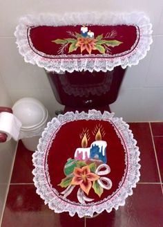⇨Aprende a hacer juegos de baños navideños paso a paso 👗 Christmas Applique, Christmas Sewing, Christmas Projects, Christmas Home, Xmas, Christmas Letters, Christmas Bathroom Decor, Bathroom Crafts, Terracotta Flower Pots