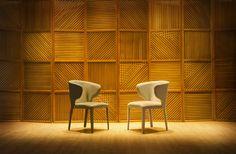 Cadeira Cover by Mittisa Seus pés revestidos e a possibilidade de compor diferentes tecidos atrás e na frente desta cadeira permitem que sejam utilizadas desde mesas de jantar quanto ambientes corporativos