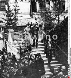 Franz Joseph und Elisabeth verlassen nach einem Besuch bei Kaiser Wilhelm I. das Badeschloß in Bad Gastein. Photographie von Max Balde, 1886