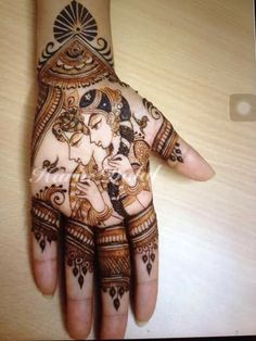 Harin Dalal mehndi designs are chic, and use Hindu mythologies to create works of art. check out these Harin Dalal mehndi designs, and try one out today! Wedding Henna Designs, Finger Henna Designs, Best Mehndi Designs, Dulhan Mehndi Designs, Mehndi Designs For Hands, Henna Tattoo Designs, Henna Mehndi, Mehendi, Henna Tattoos