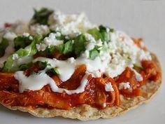 TOSTADA DE TINGA. Típica del estado de Puebla, México. Tortilla frita con carne en salsa, crema y queso.