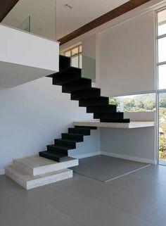 No projeto de Alexandre Magno, em Niterói, a escada é praticamente uma escultura, como o arquiteto mesmo gosta de dizer Foto: L; F. Mieli