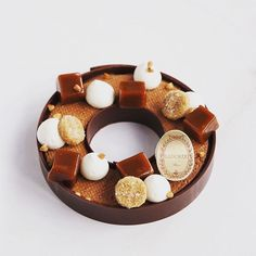 Boutique Fou de Pâtisserie : Le talent de @claire.heitzler est infini. Vous le découvrirez encore avec cette nouvelle création en vente à la Boutique Fou de Pâtisserie du 4 au 19 novembre. Le Sarrasin chocolat caramel : sablé au sarrasin, cerclé de deux couronnes de chocolat Caraïbe renfermant une mousse au chocolat. Le tout décoré de pointe de chantilly, de caramel et de graines de sarrasin. Un pur délice… @maisonladuree #45ruemontorgueil #onaquelesmeilleurs #pastrychef #nouvellescene…