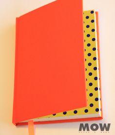 LUNARES INSIDE!! Cuaderno MOW 100 hojas papel ahuesado, tapa forrada en tela color naranjo prendido!, cinta separadora color naranjo, hojas de guarda papel diseño lunares.