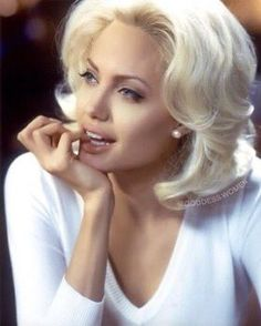 Angelina Jolie - Bionda Jolie 😍 The Effective Pictures We Offer You About diy projects A quality picture can tel - Angelina Jolie Blonde, Angelina Jolie Dress, Hackers Angelina Jolie, Celebrity Photos, Celebrity Style, Platinum Bob, Paris Chic, Style Casual, 90s Grunge