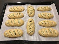 Mini bagietki czosnkowe Chrupiące z zewnątrz i puszyste oraz mięciutkie w środku, mocno maślane bagietki. Z przepisu wychodzi 10 sztuk tych pysznych czosnkowych bułeczek – u mnie w domu była to porcja na raz, wszystkie wyszły jeszcze ciepłe Składniki na ciasto: 400 g mąki pszennej chlebowej (użyłam mąki typ 650 ) 2 płaskie łyżeczki … Good Food, Yummy Food, Bread Bun, Polish Recipes, Mini Foods, Bread Baking, Cookie Recipes, Food Porn, Easy Meals