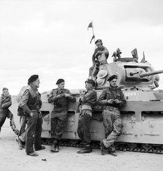 The British crew of a Matilda tank take a break during the fighting near Tobruk, North Africa, November 1941. #WW2