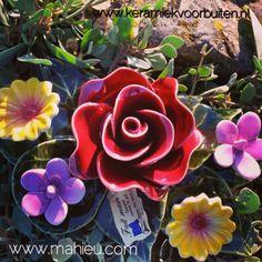 Uitvaart beurs Lienden zaterdag 31 mei 2014. Boeketje met roos en tuinbloemen uit het assortiment van keramiek voor buiten. Frans keramiek, van hoge kwaliteit, gegarandeerd bestand tegen vorst.