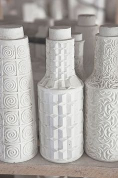 Gallego 100% Los moldes de varios jarrones de cerámica en relieve, una de las constantes de Sargadelos. La mayoría de los motivos se inspiran en elementos arquitectónicos gallegos o en formas orgánicas. AD España, © Manolo Yllera
