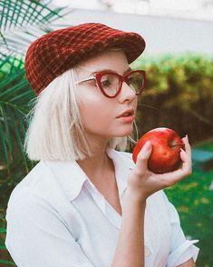 • vintage • girl • boina • maçã • fotografia •