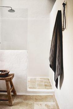 Great island vacation with rustic-chic styling in Ibiza -.-Toller Inselurlaub mit rustikal-schickem Styling auf Ibiza – Besten Haus Dekoration Great island vacation with rustic-chic styling in Ibiza - Bathroom Interior Design, Home Interior, Ibiza Style Interior, Wabi Sabi, Ibiza Stil, Turbulence Deco, Natural Interior, Rustic Bathrooms, Luxury Bathrooms