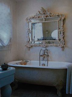 love the mirror above the bath
