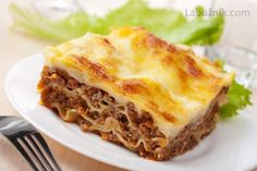 Lasagne Bolognese: A dish made by layering lasagna noodles with a filling of che… Lasagne Bolognese: A dish made by layering lasagna noodles with a filling of cheese and bolognese meat sauce, then baked until bubbly and golden-brown. Make Ahead Meals, Freezer Meals, Layering Lasagna, Lasagne Bolognese, Good Food, Yummy Food, No Noodle Lasagna, Lasagna Noodles, Cooking Recipes