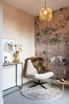 Deze draaifauteuil zit heerlijk! Wie wil nou niet zon fijn hoekje om even te lezen of te relaxen? Een mooi behang maakt er meteen een gezellig sfeertje van. Hou je ook van roze? Zo niet, kies  kleuren en een behang die bij je passen. Wil je ook in je interieur een fijn me-time plekje? weet je niet goed welk behang bij jou past? Vraag STYLING22 om hulp. Interieuradvies op maat voor JOU! #kleuradvies #interieuradvies #interieurstylist #kleurinspiratie #interior #interieur