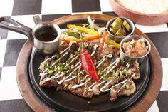 シズリングファヒータ(野菜とアチョテソースに漬け込んだ牛肉の鉄板焼き)