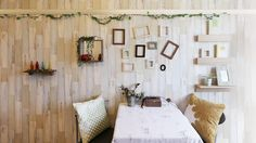 ウッド調の壁紙がナチュラルな雰囲気を演出しています