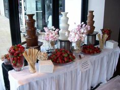 De Chocolate Para Tu Boda: Ideas Originales y Deliciosas How cute is this chocolate fountain, with the bouquets of marshmallows?How cute is this chocolate fountain, with the bouquets of marshmallows? Chocolate Fountain Wedding, Chocolate Fountains, Candy Table, Candy Buffet, Dessert Bars, Dessert Table, Wedding Desserts, Wedding Cakes, Wedding Food Bars